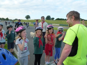 Mallory Mile 2014 - Cub investitures on the start line
